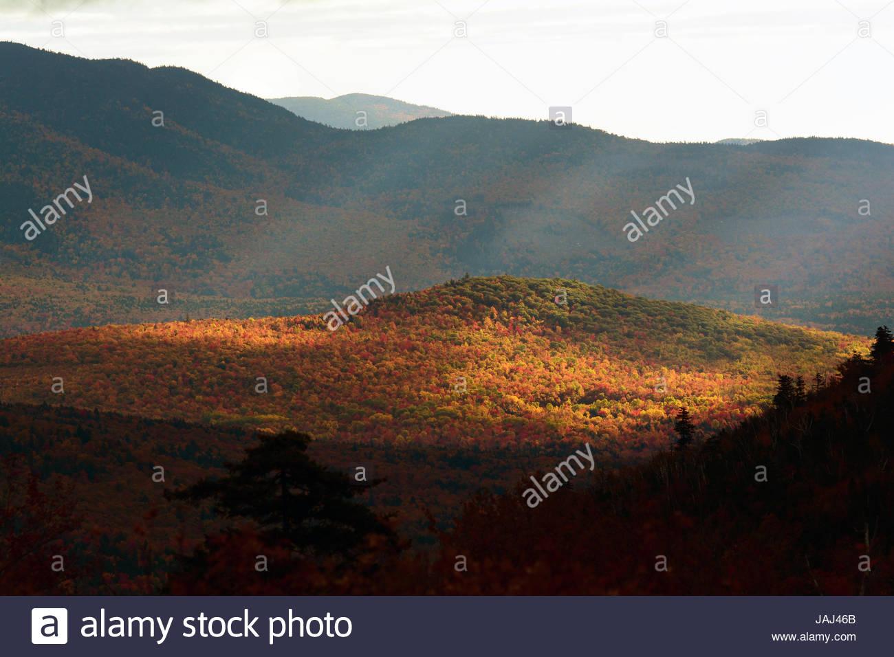 Teleobiettivo con vista della vallata soleggiata nelle White Mountains in autunno. Immagini Stock
