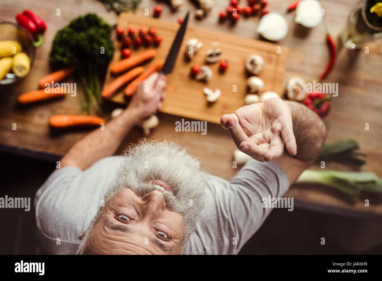 L'uomo la preparazione di cibo vegan Immagini Stock