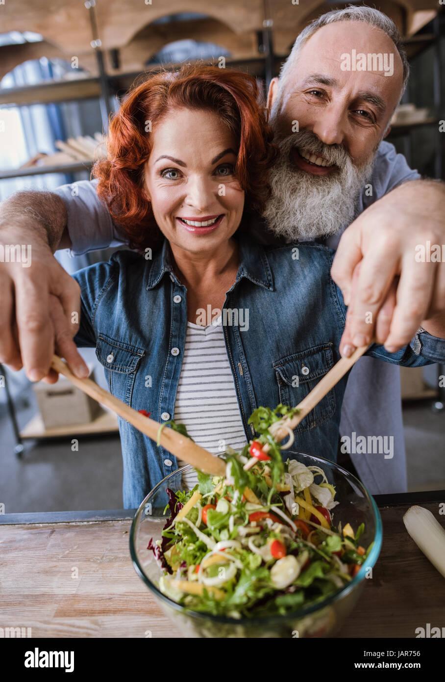 Paio di cucina insalata di verdure Immagini Stock