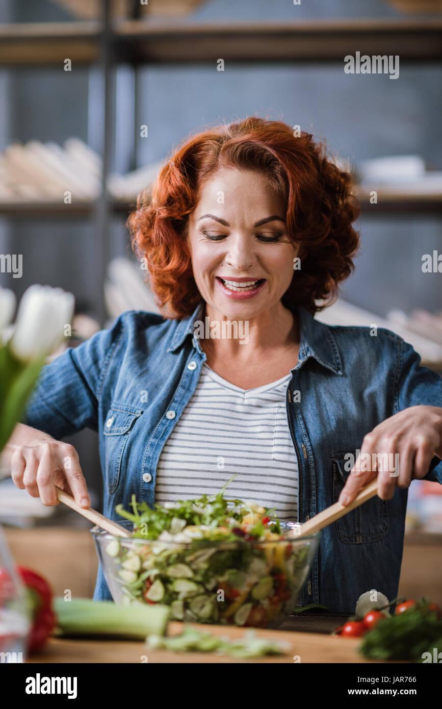Donna di cucina insalata di verdure Immagini Stock