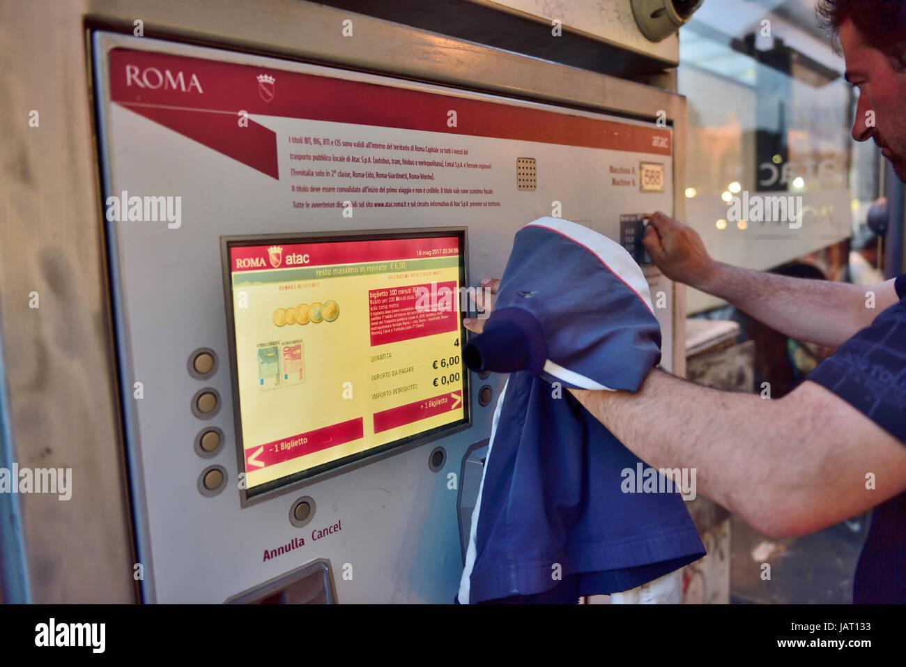 Self service macchine biglietteria al terminal di trasporto per il trasporto pubblico della metropolitana di Roma Immagini Stock
