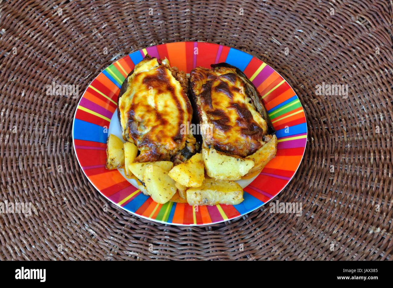 Le melanzane farcite con carne di manzo macinata e besciamella salsa ...