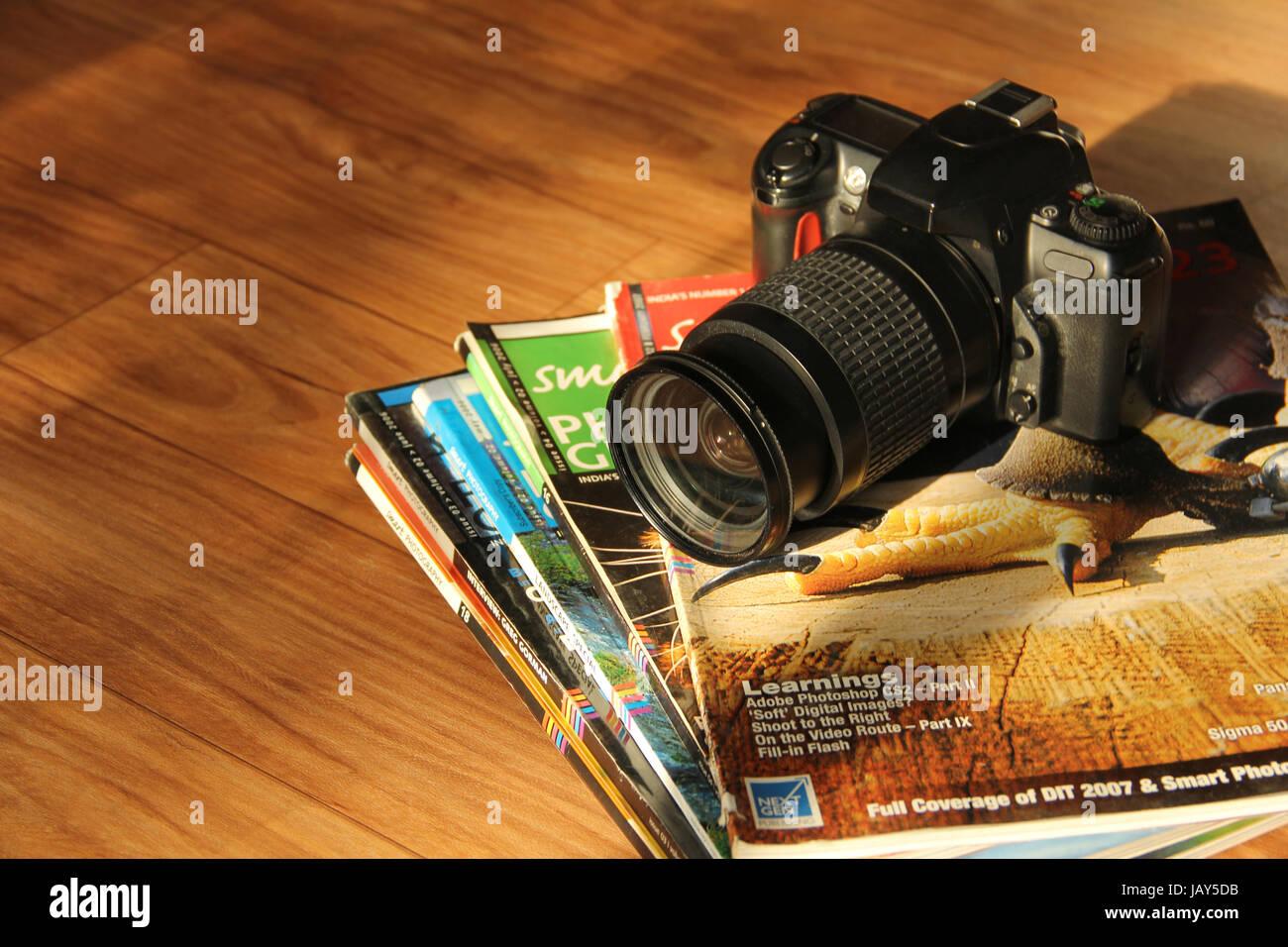 Vista ravvicinata della fotocamera reflex e riviste di fotografia Foto Stock