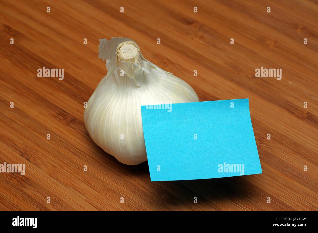 Bulbi di aglio e blu nota adesiva Immagini Stock