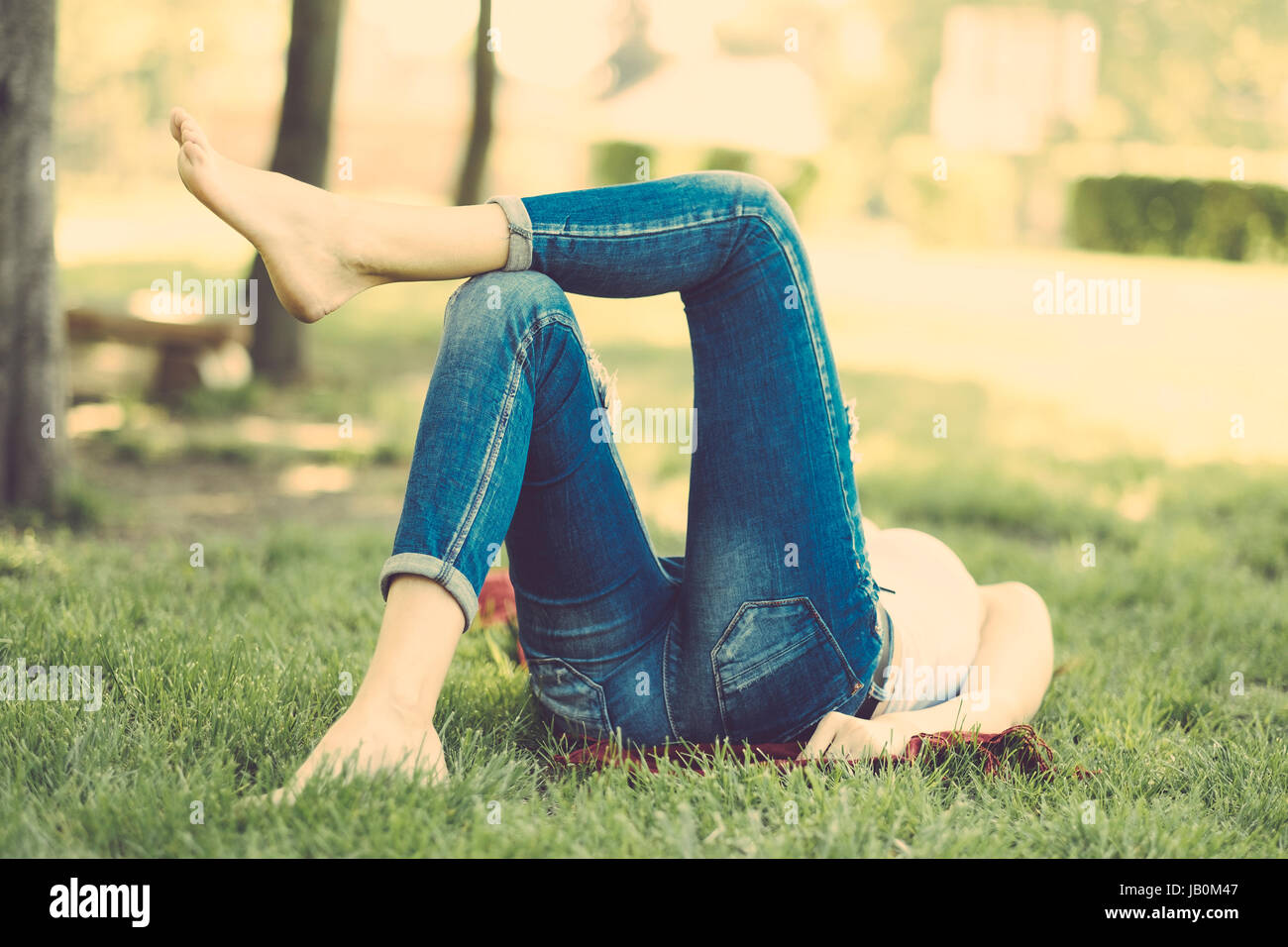 Donna rilassante nel parco Immagini Stock