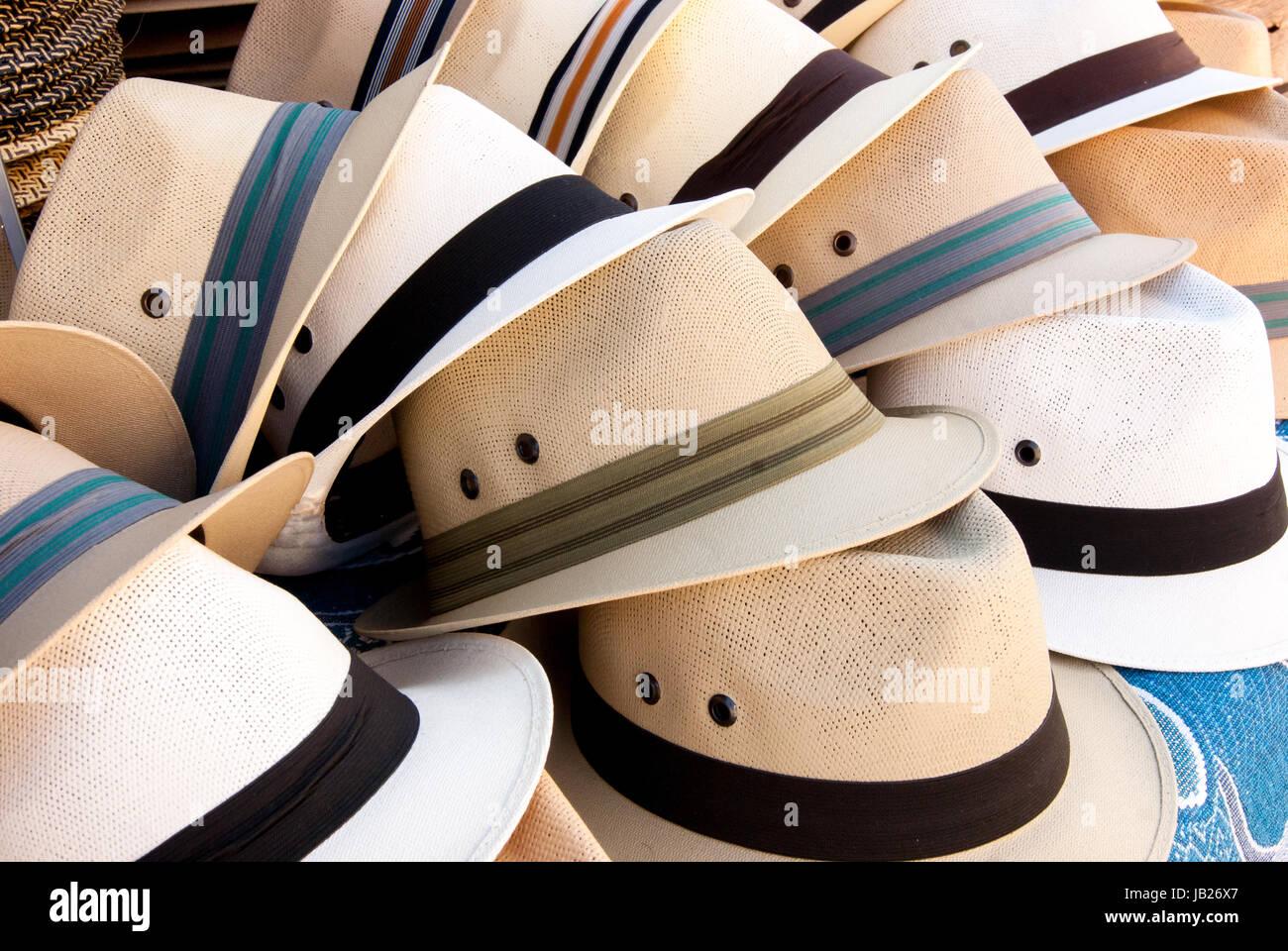 Un display creativo di cappelli a un mercato pubblico. Cappelli estivi, stile fedora cappello da sole. Immagini Stock