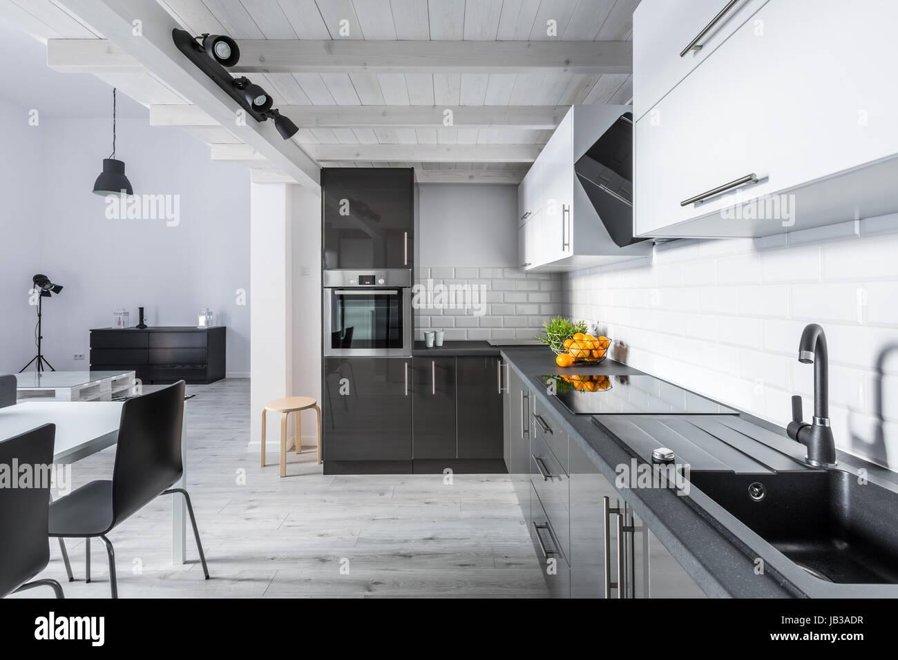 Moderno bianco e nero cucina rustica con soffitto in mattoni e
