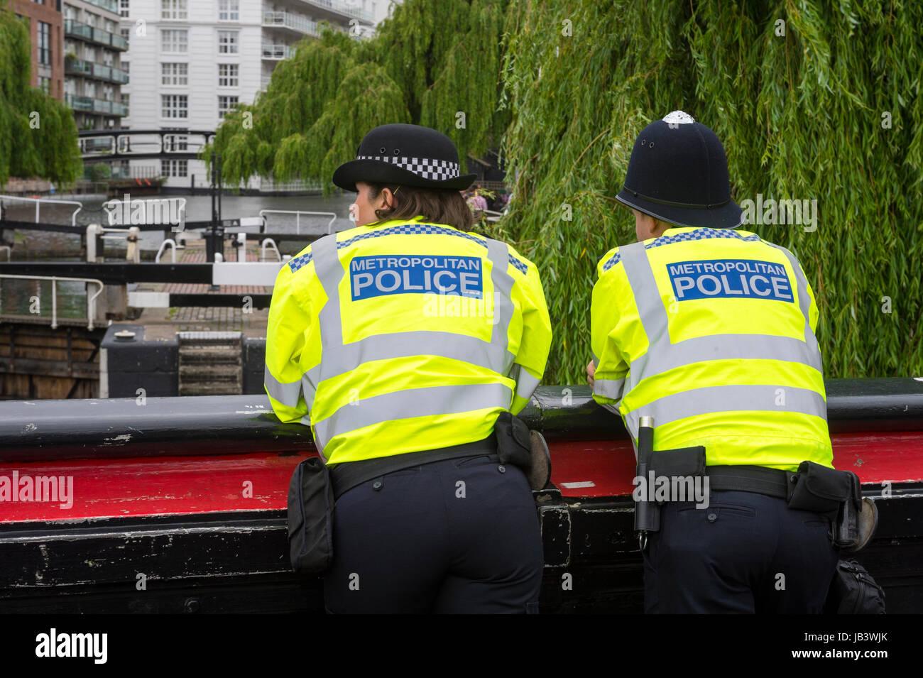 Londra - Giugno 08, 2017: Metropolitan due poliziotti in alta visibilità giacche vegliare su Camden Lock a Immagini Stock