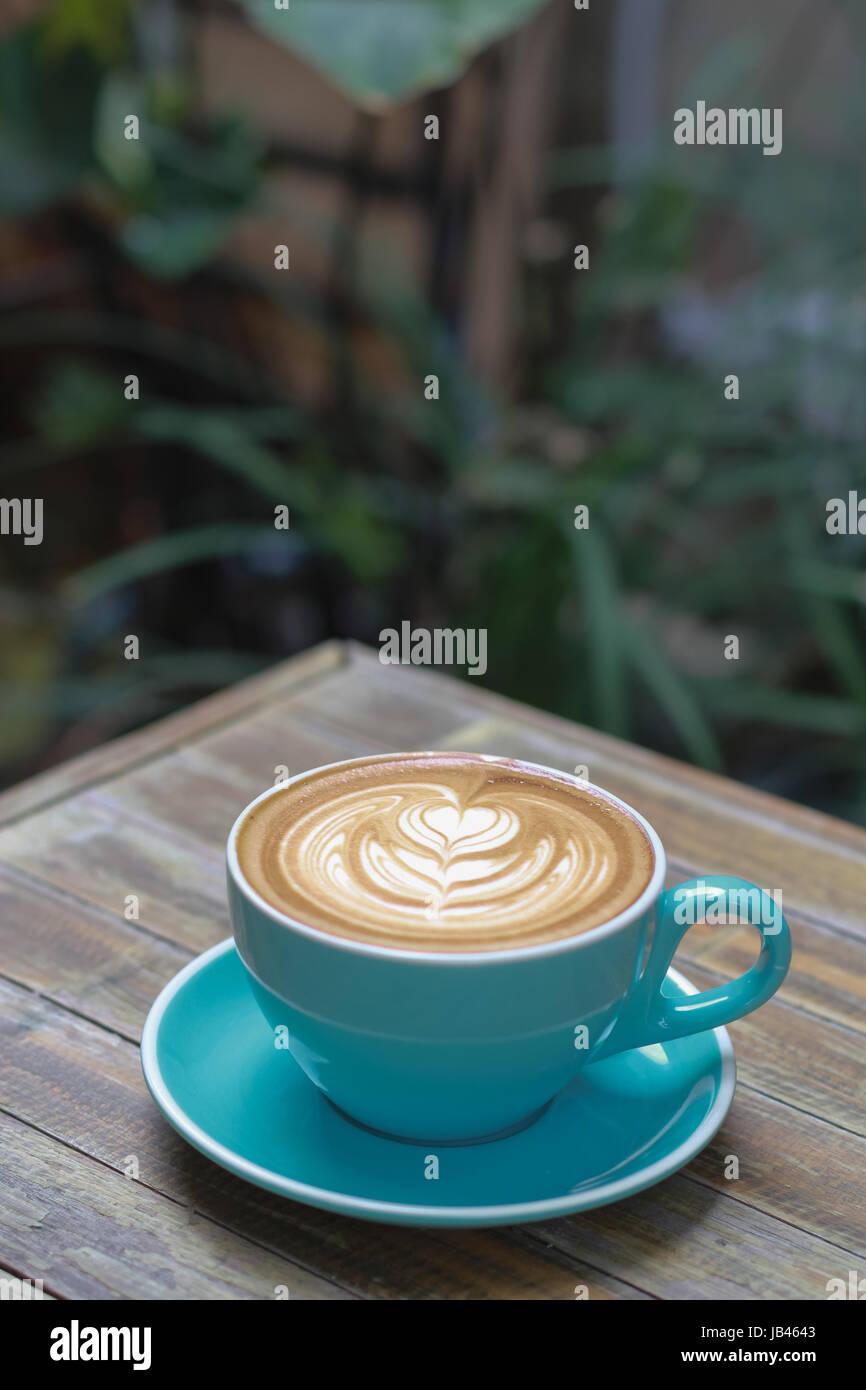 Caffè caldo latte sulla tavola di legno Immagini Stock