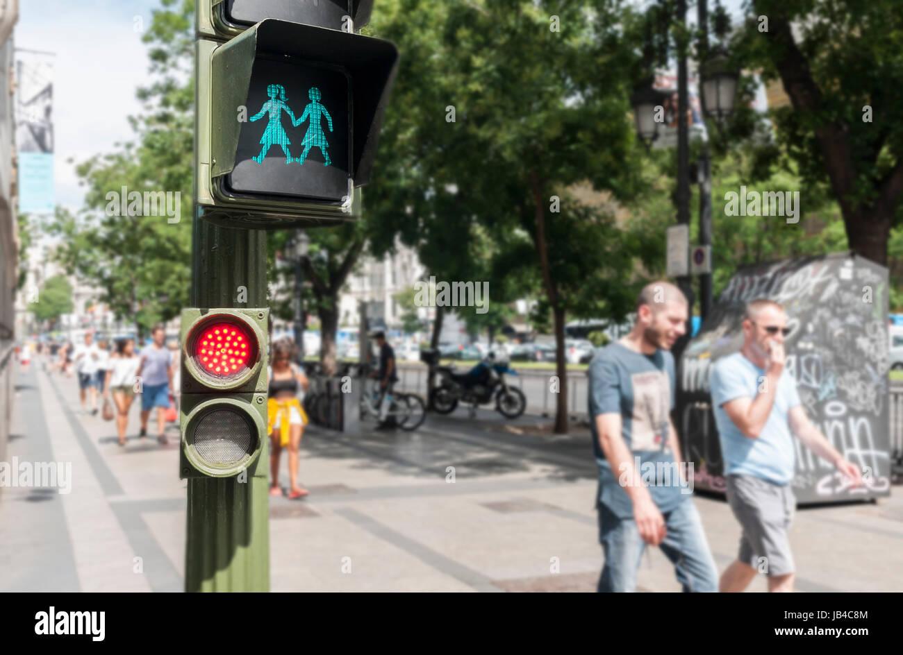 Semáforos lgtbi instalados en Madrid con motivo del día del orgullo gay. Immagini Stock