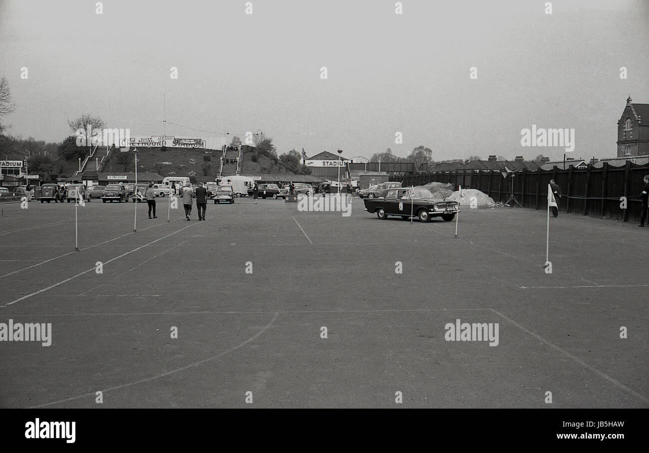 Anni sessanta, storico, immagine mostra vetture flagposts negoziale nel parcheggio Catford Greyhound Stadium, Lewisham, Immagini Stock