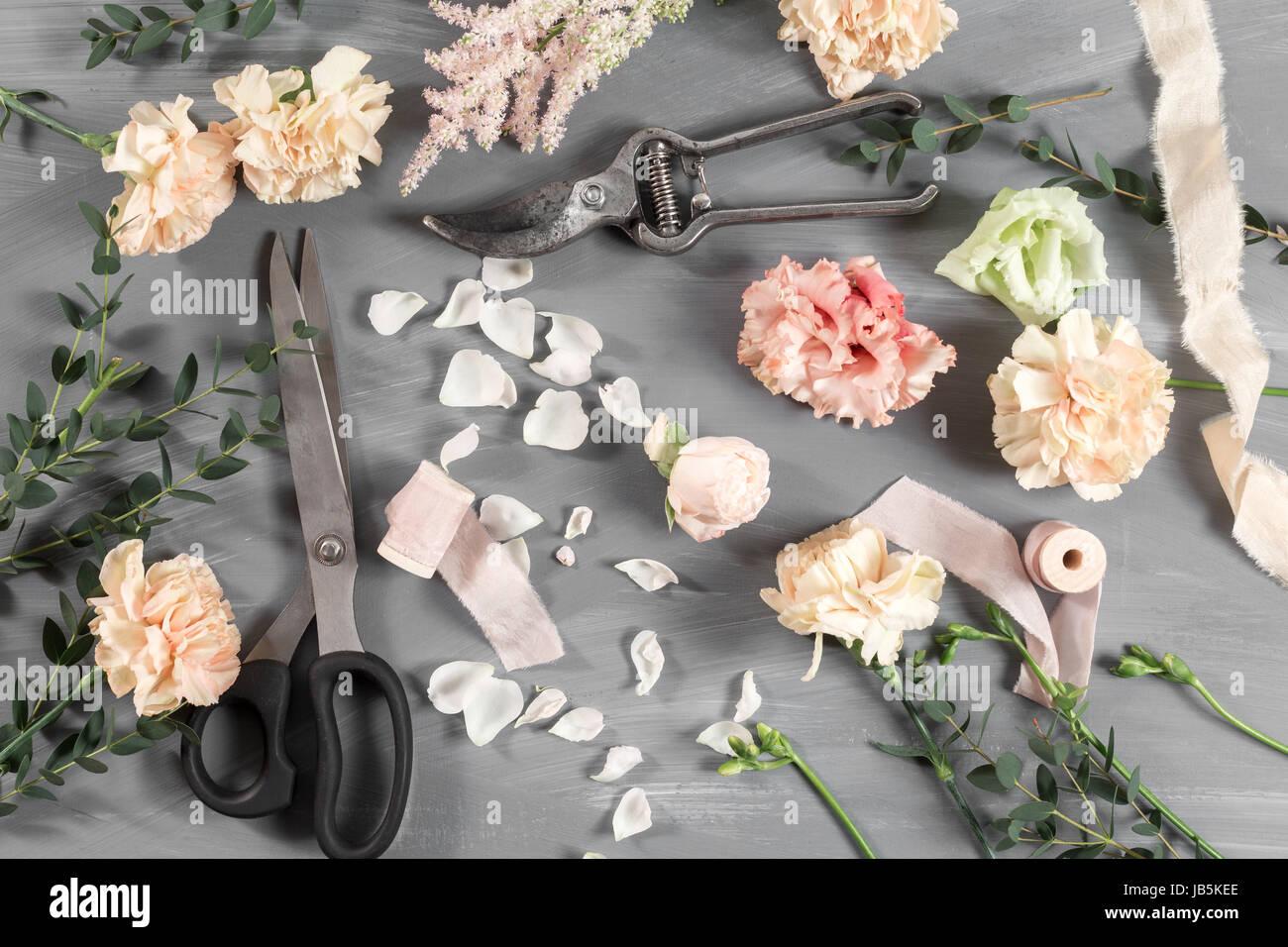 Tavolo Da Lavoro Giardino : Fiori e attrezzi da giardino. il fioraio al tavolo di lavoro con gli