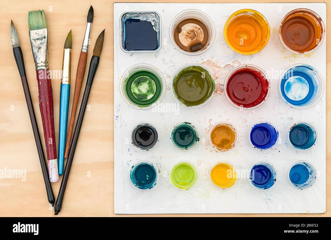 Colori Vernici Legno : Artista pennelli e la tavolozza dei colori con vernice acrilica su