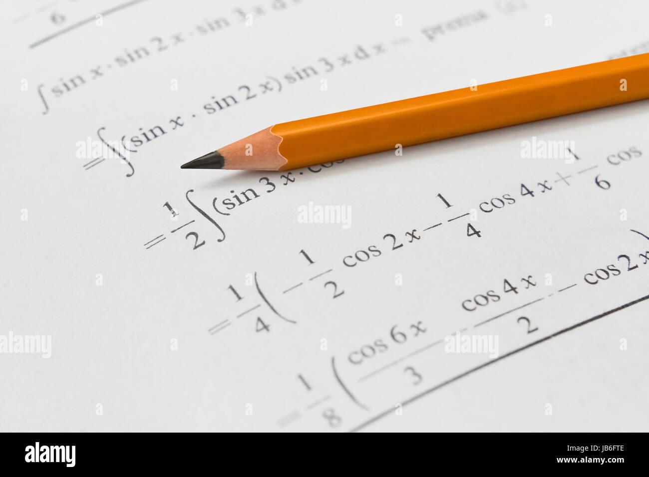 integrali matematica  Ingrandimento di una pagina del libro di matematica con integrali e ...