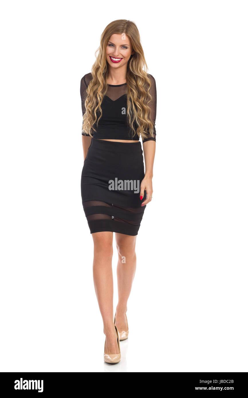 new style 4bc61 5381d Bella ragazza bionda in abito nero e beige tacchi alti ...