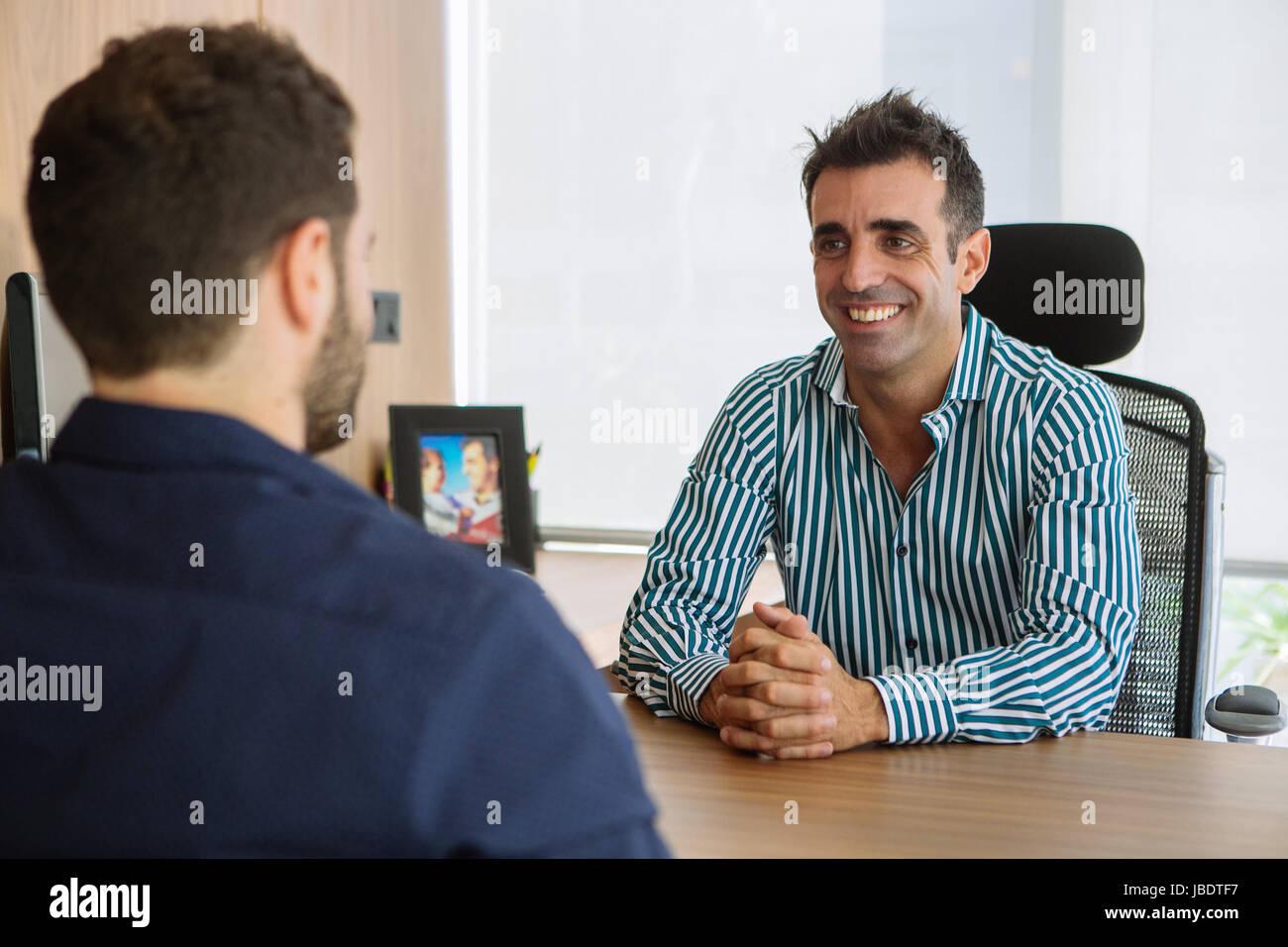 Look Ufficio Uomo : Un anni uomo caucasico capelli scuri cool moderno look
