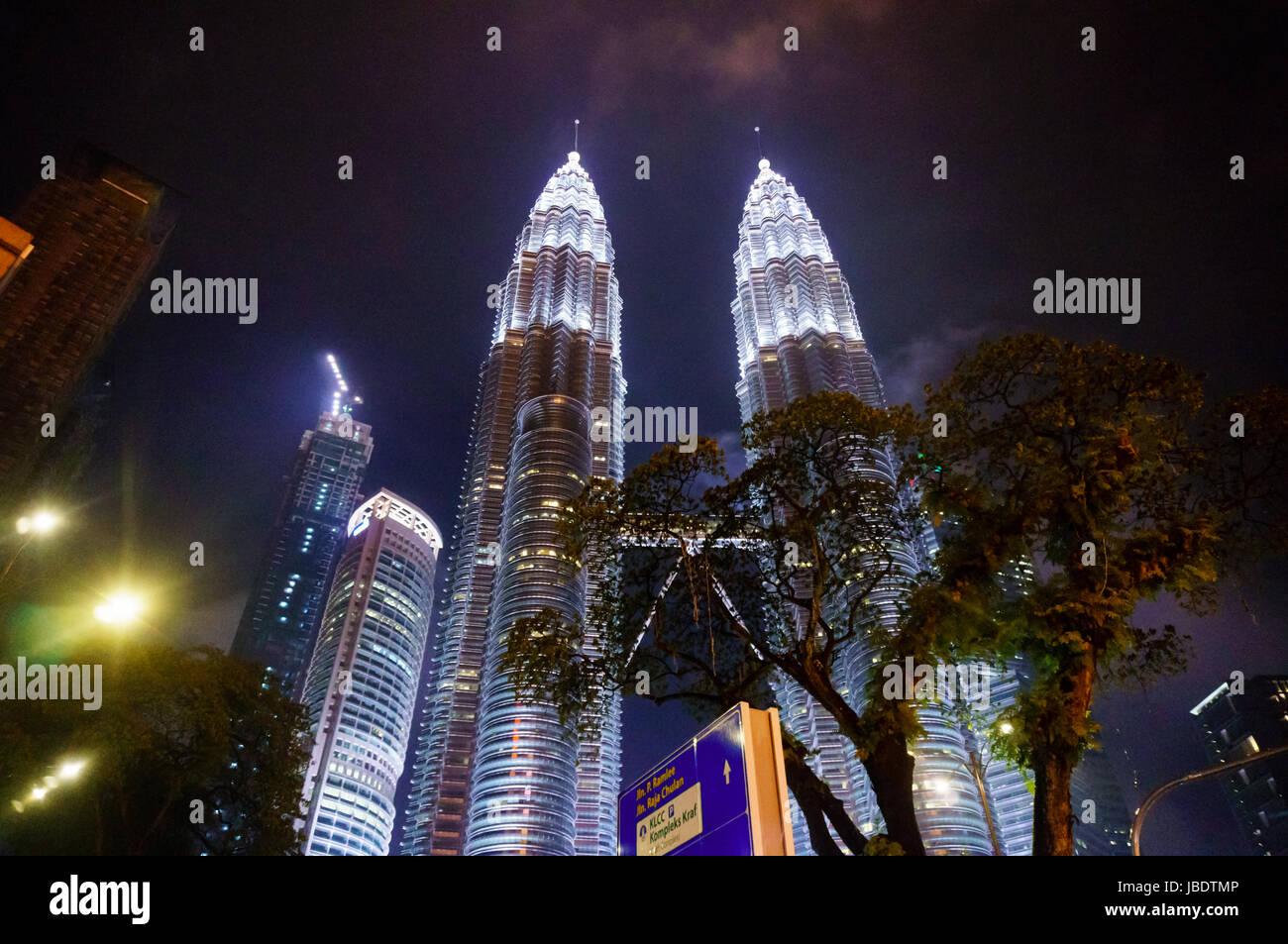 Kuala Lumpur, Malesia - 5 Maggio 2017: Torri Gemelle Petronas in una piovosa notte con un cielo nuvoloso e pioggia Immagini Stock