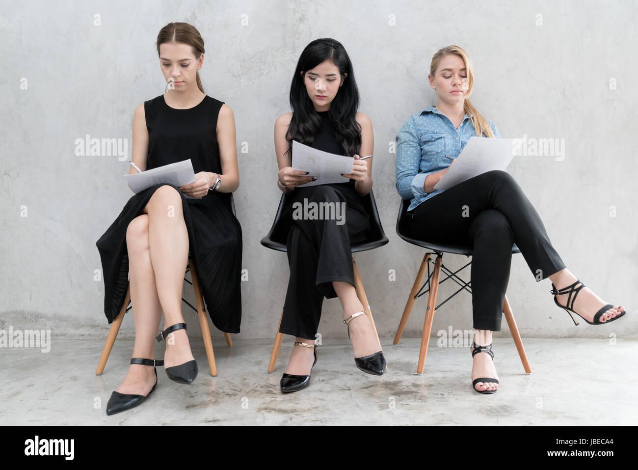 Gruppo di asian multietnica e la gente di affari con abito casual in coda di attesa per il colloquio di lavoro in Immagini Stock