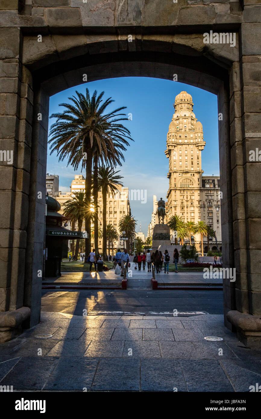 Vista di Piazza Indipendenza attraverso arcata in pietra, Montevideo, Uruguay Immagini Stock