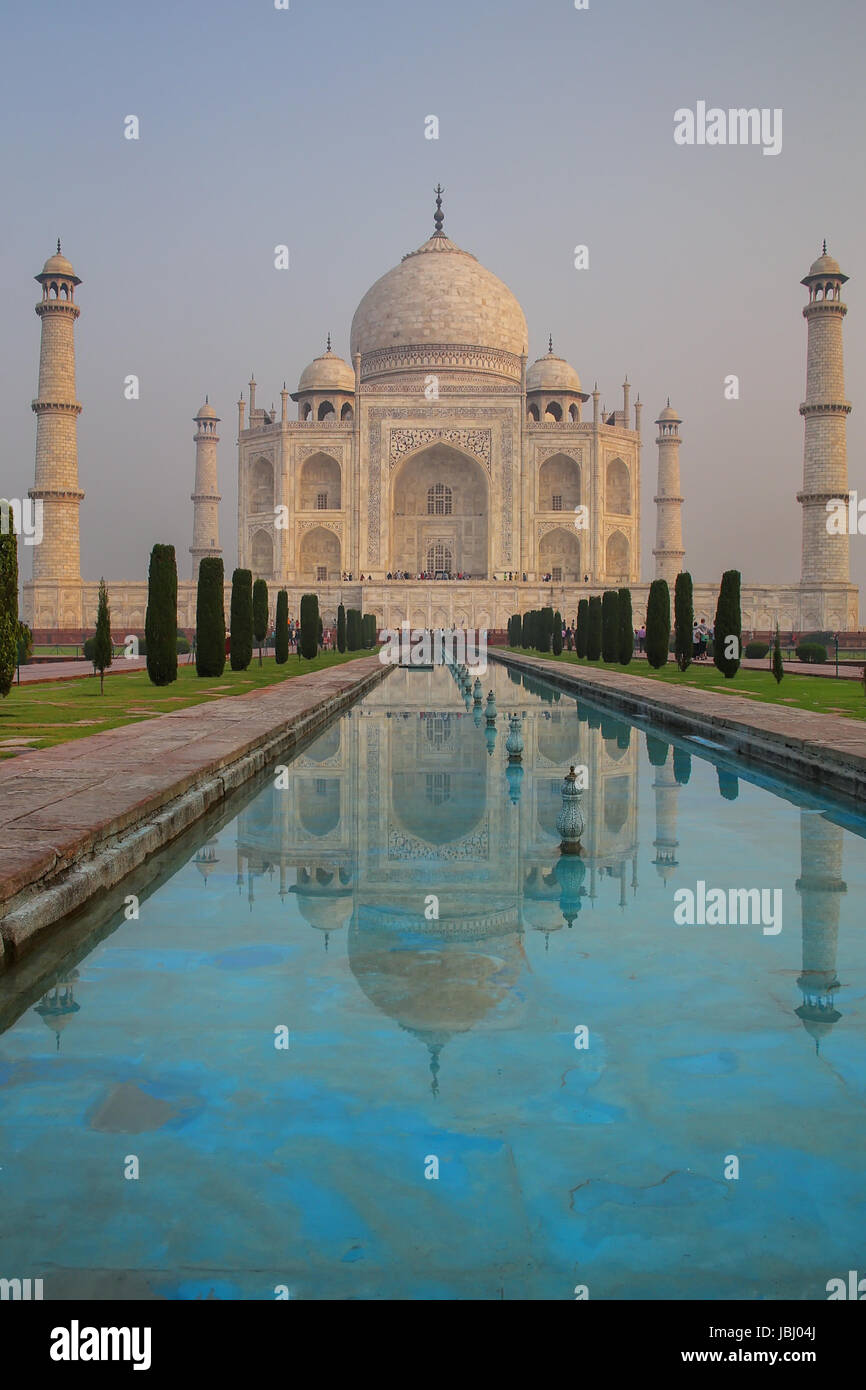 Taj Mahal con piscina riflettente in Agra, Uttar Pradesh, India. Esso fu costruito nel 1632 dall'imperatore Immagini Stock