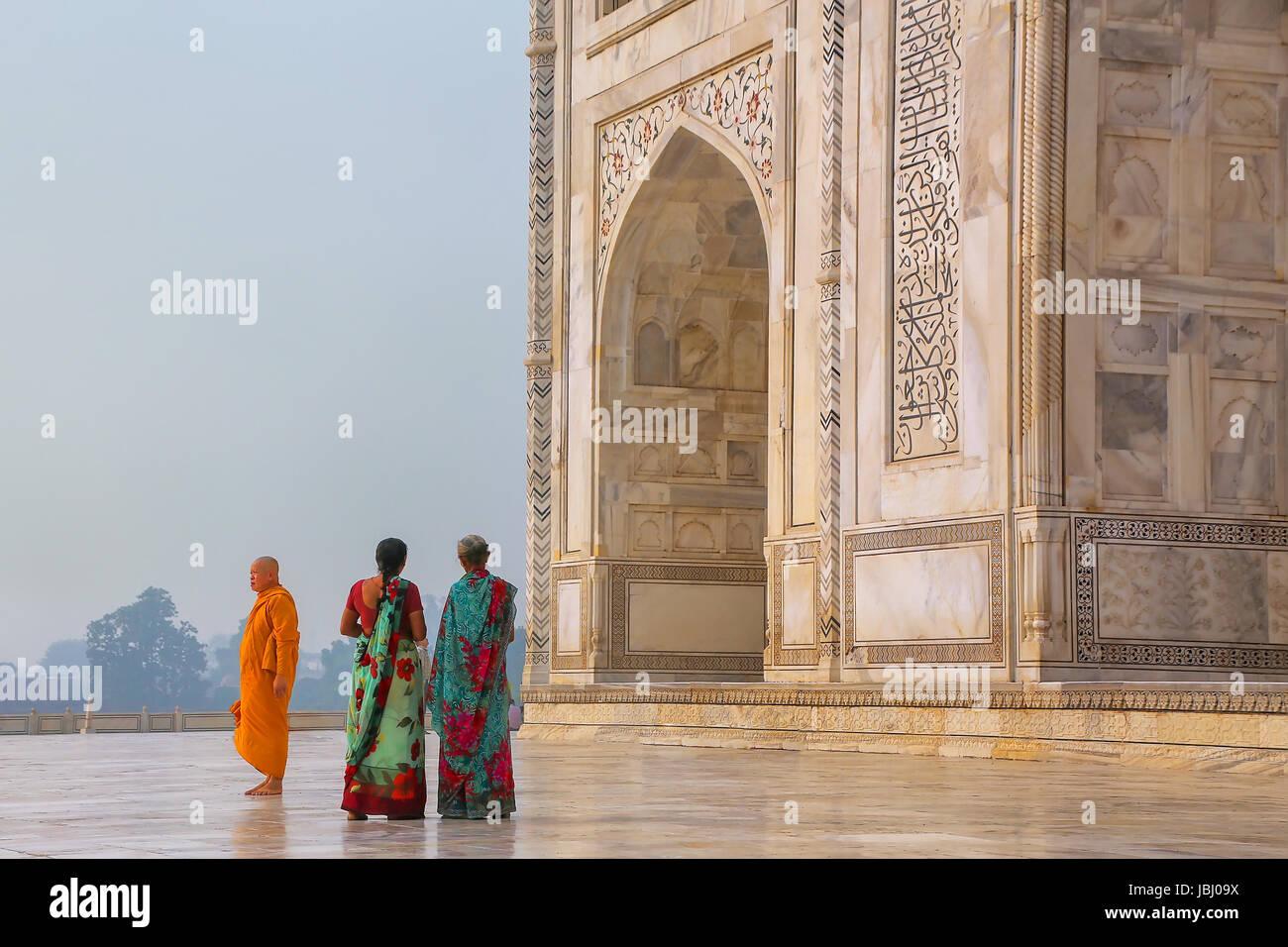 I turisti in piedi al di fuori del Taj Mahal di Agra, Uttar Pradesh, India. Taj Mahal è stato designato come Immagini Stock