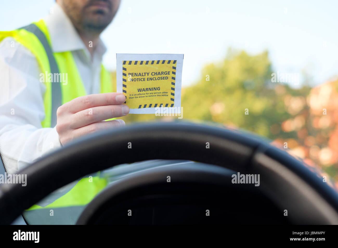 Funzionario di polizia dando un biglietto ammenda per violazione di parcheggio Immagini Stock