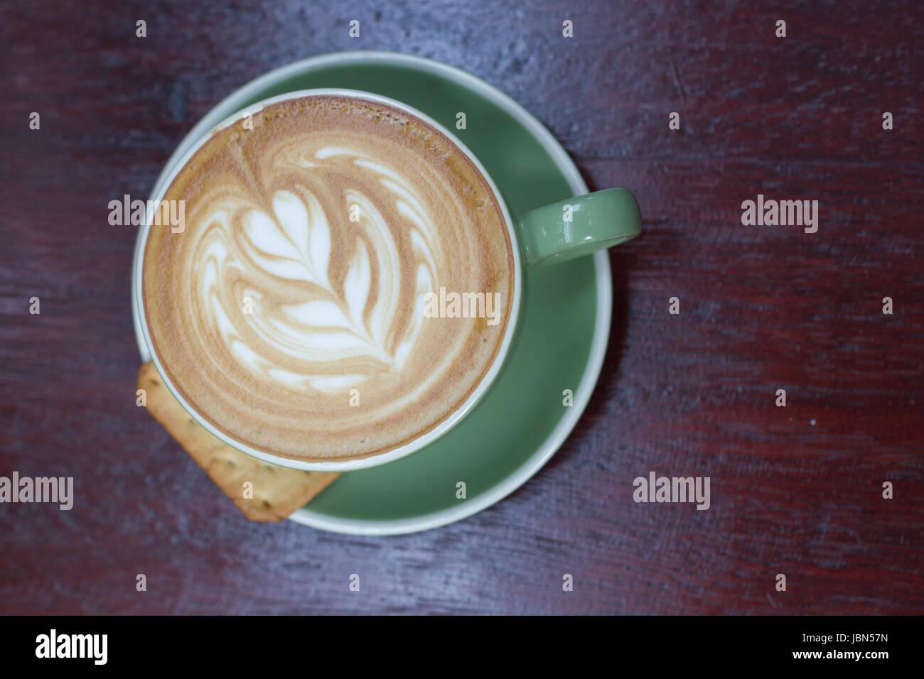 Caffè caldo latte con belle latte art Immagini Stock