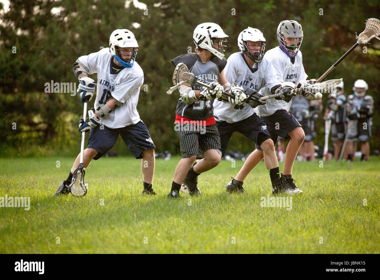 Alta scuola lacrosse i giocatori in competizione per ottenere la palla in midair. St Paul Minnesota MN USA Immagini Stock