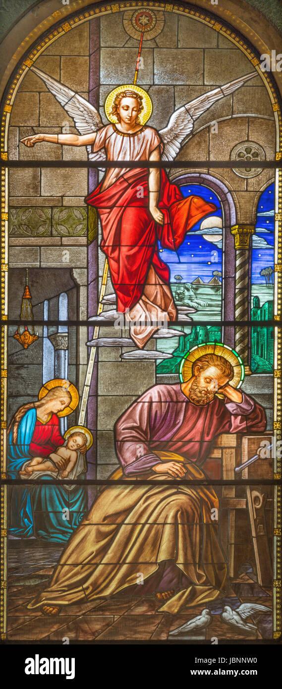 Torino, Italia - 15 Marzo 2017: la visione dell angelo a San Giuseppe nel sogno su le vetrate della Chiesa Basilica Immagini Stock