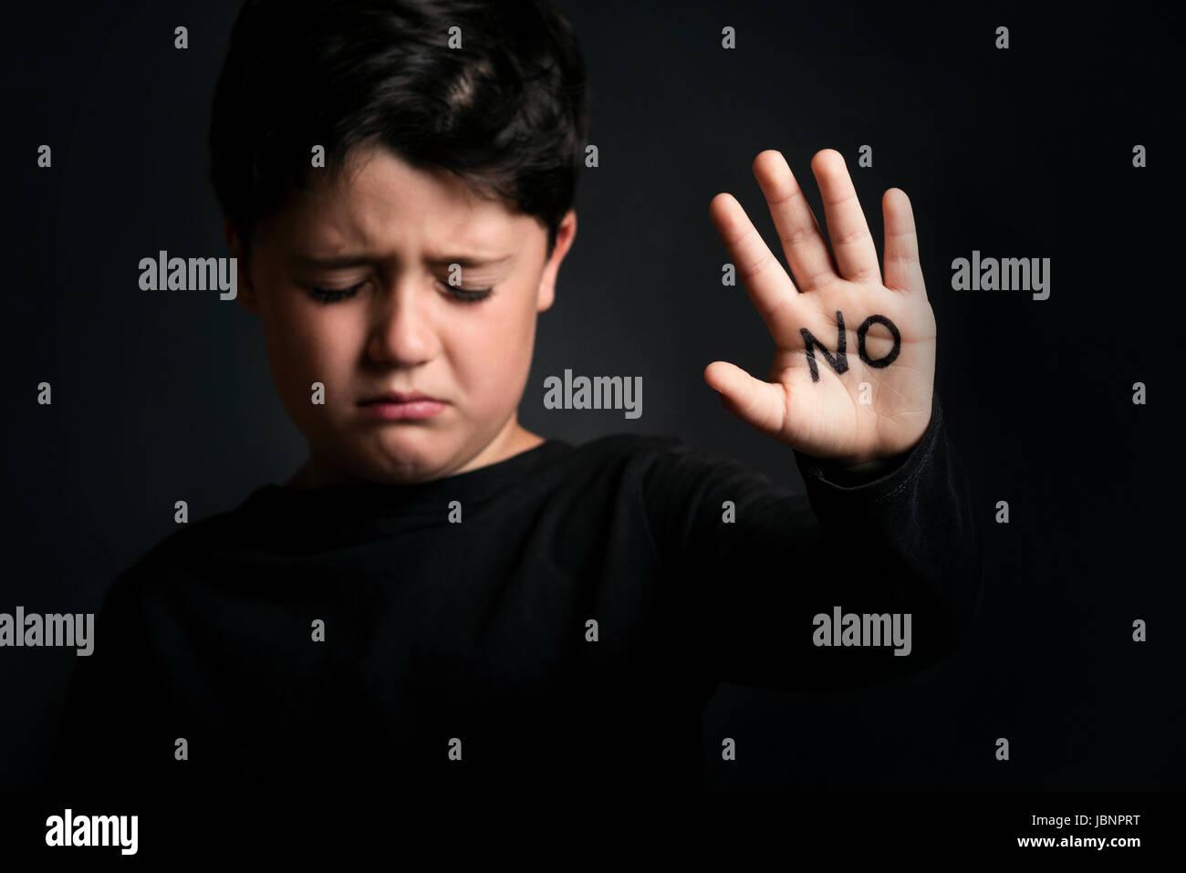 Bambini abusati, bambino con la parola non in sua mano Immagini Stock