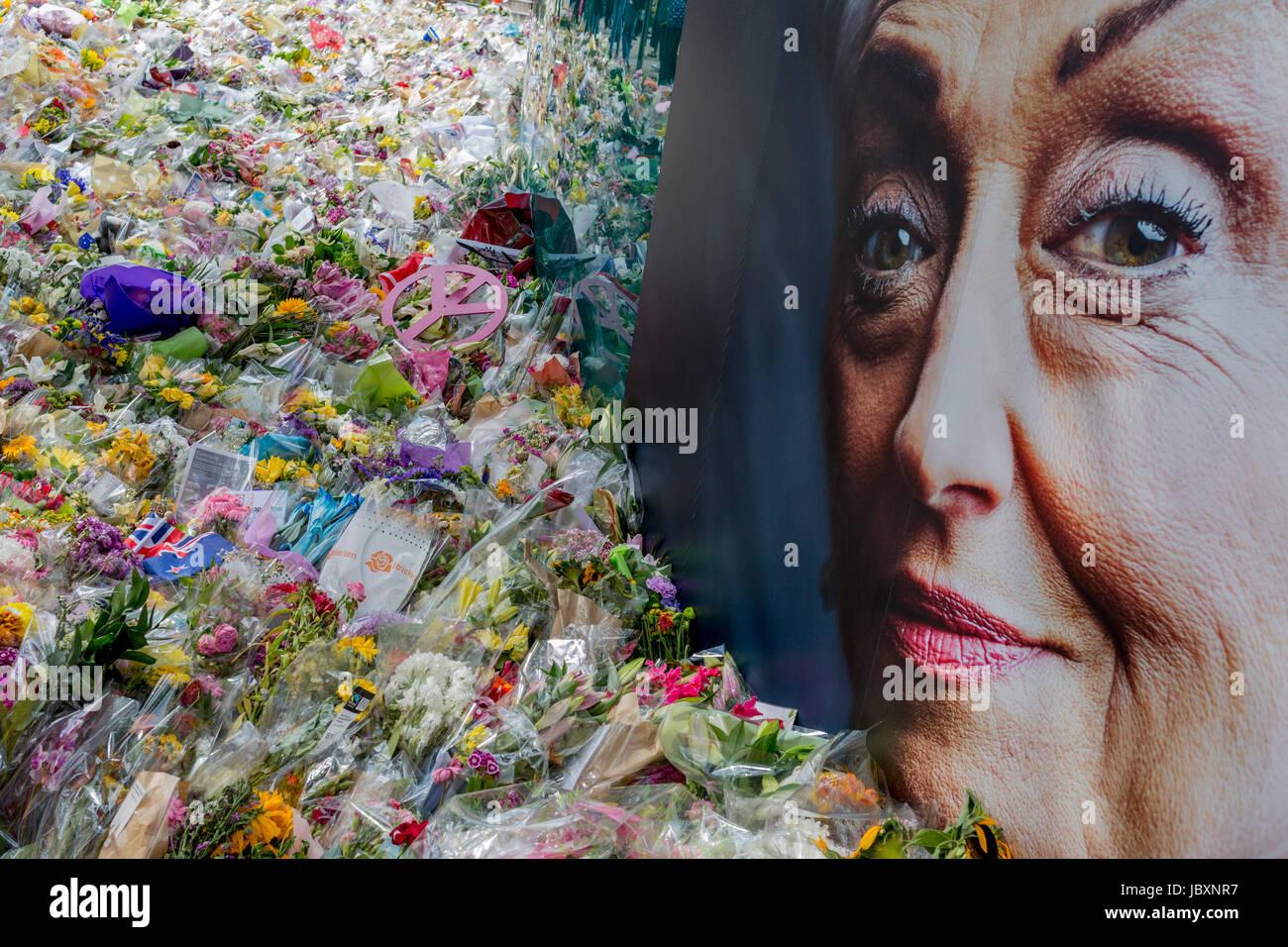 La faccia di pubblicità di mezza età lady simboleggia la compassione e la simpatia presso il santuario Immagini Stock