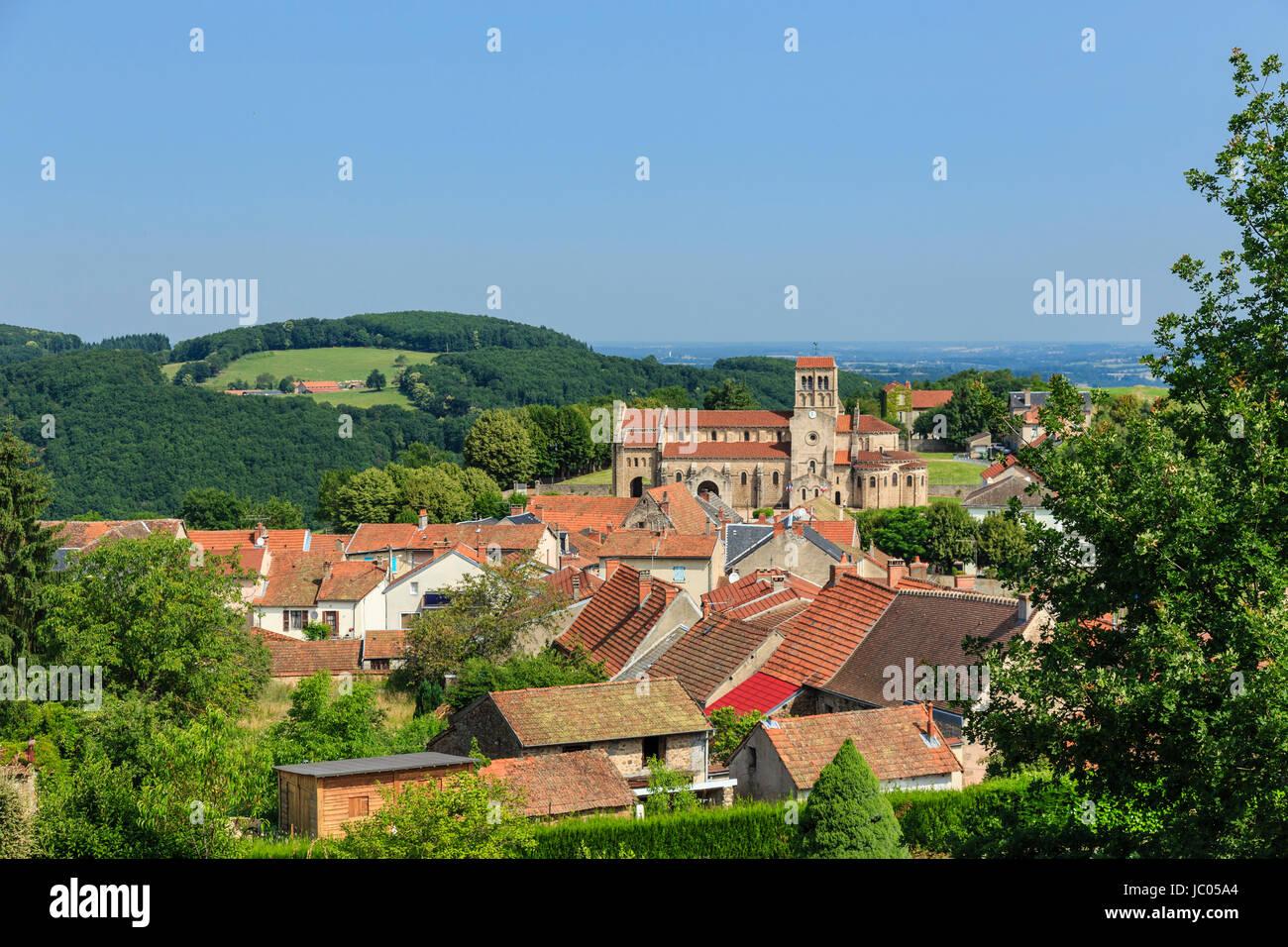 In Francia, in Allier (03), di Châtel-montagne, le village et l'église Notre-dame de Châtel-Montagne Immagini Stock