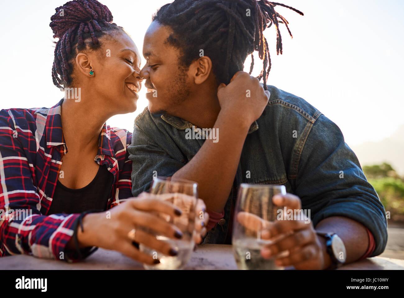 Coppia reale della discesa africana circa a baciare mentre abbracciando Foto Stock