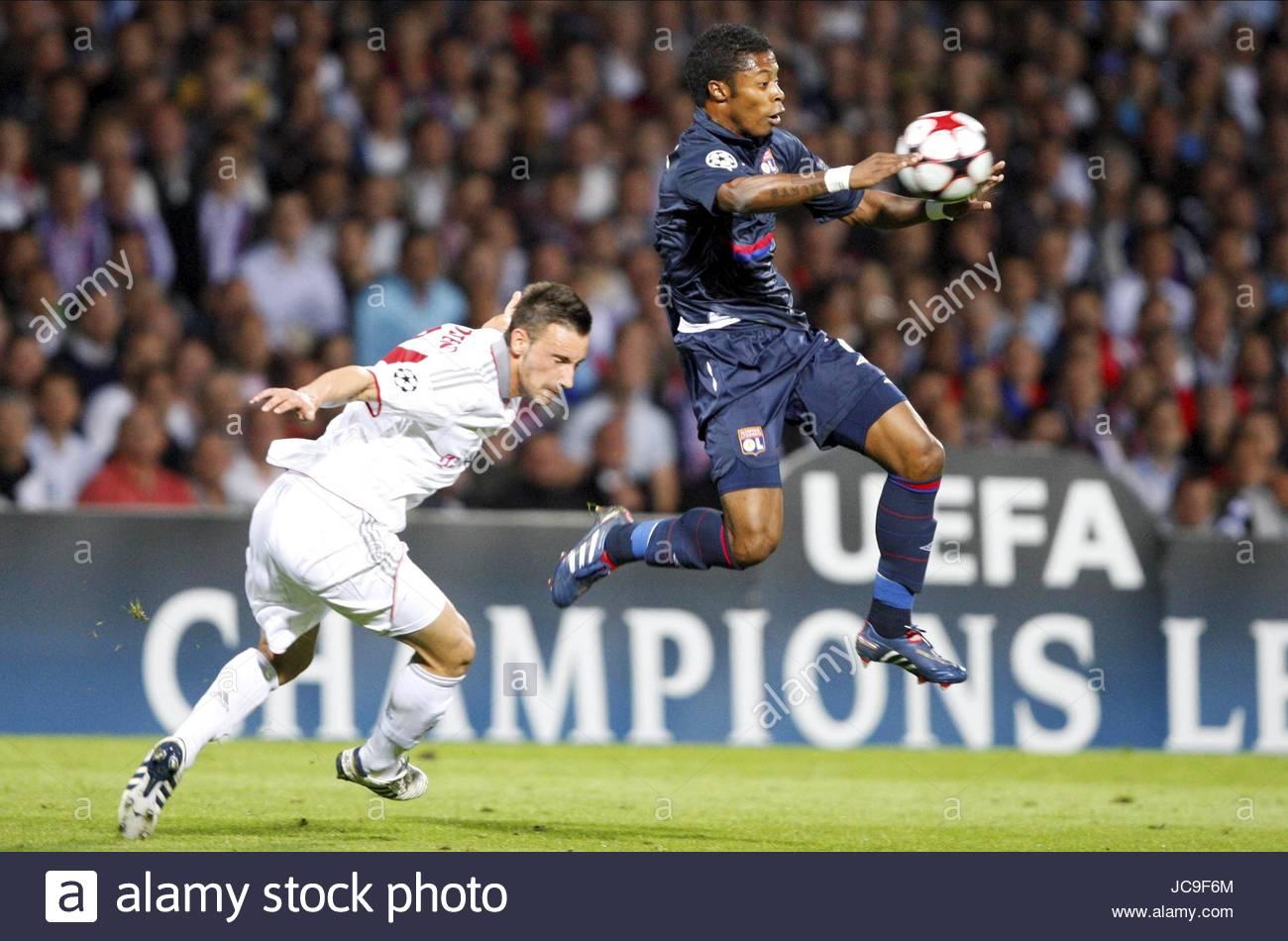 MICHEL BASTOS E DIEGO CONTENUTO Olympique Lyonnais V BAYERN MU LYON FRANCIA 27 Aprile 2010 Immagini Stock