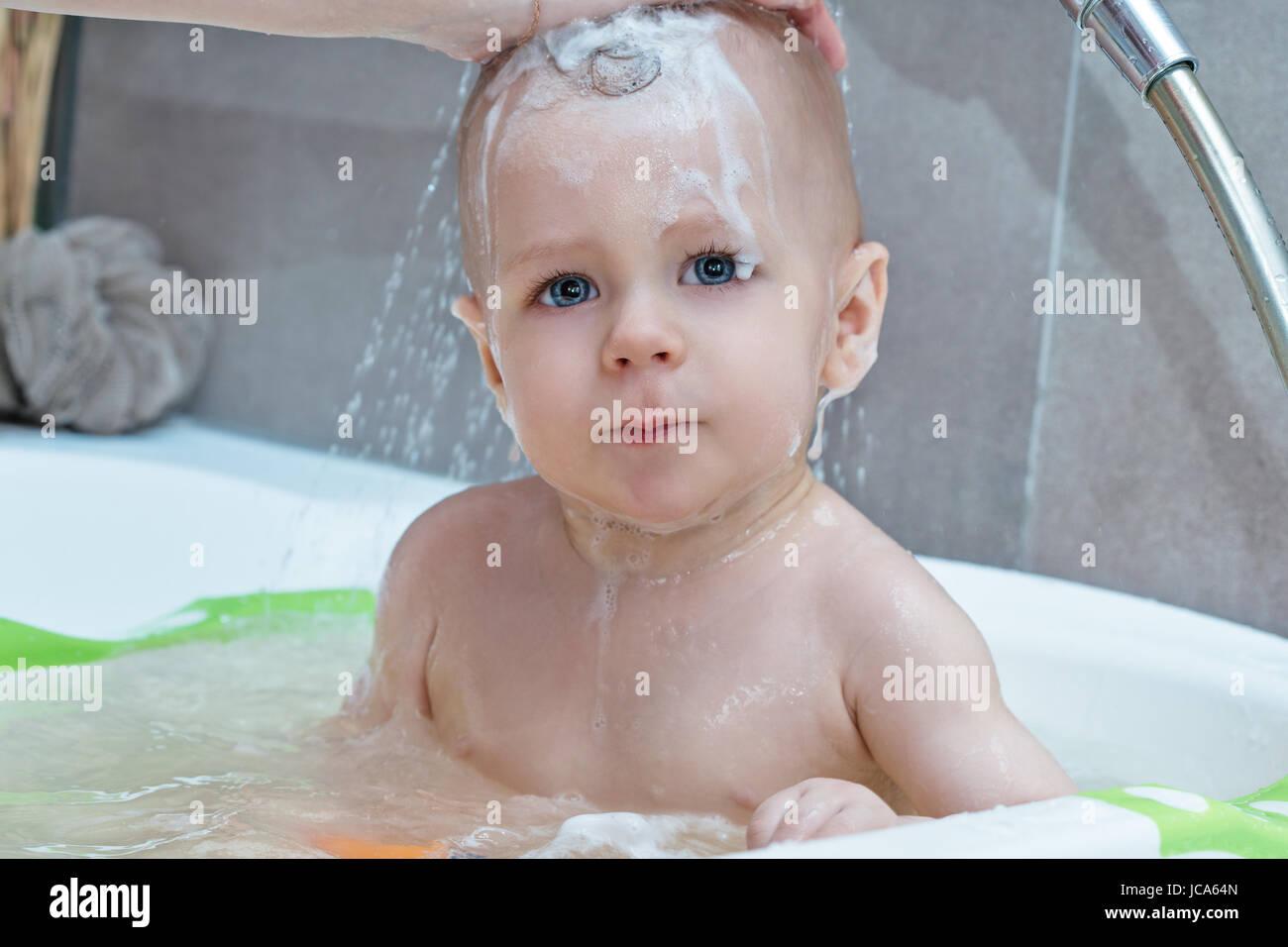 Vasca Da Bagno Bambini : La madre del bambino di lavaggio nella vasca da bagno con shampoo