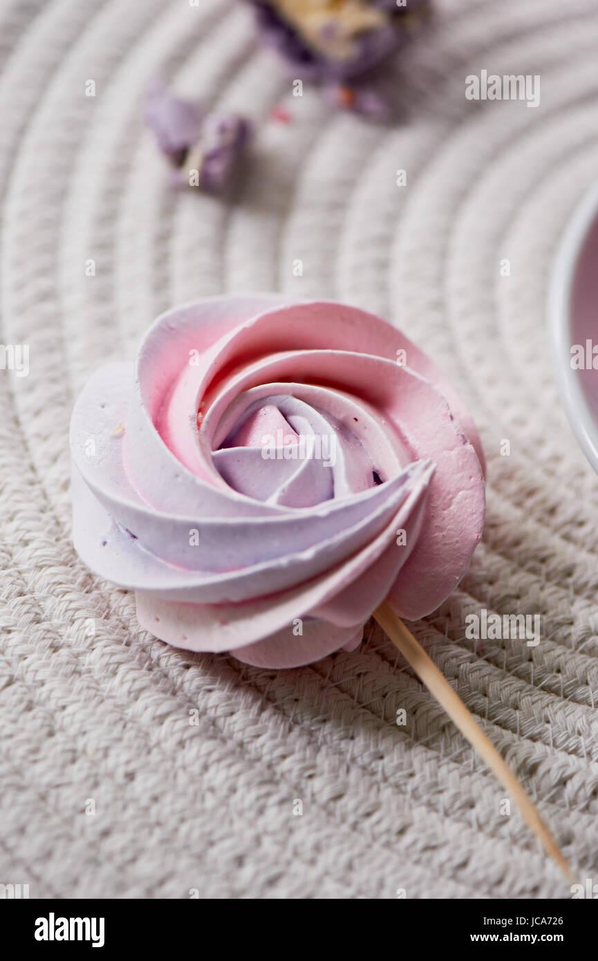 Rosa pallido meringa pastello su un bastone. La Dolcezza che i bambini amano. Festa di compleanno di bambini Immagini Stock