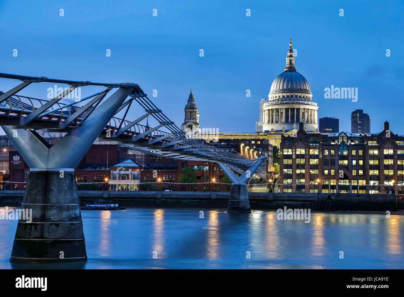 Cattedrale di San Paolo, il Millenium Bridge e il fiume Tamigi, London, England, Regno Unito Immagini Stock