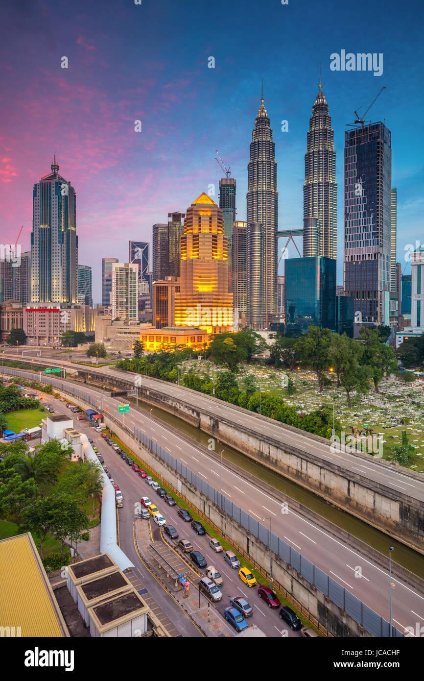 Kuala Lumpur. Immagine di paesaggio cittadino di Kuala Lumpur in Malesia durante il blu crepuscolo ora. Immagini Stock