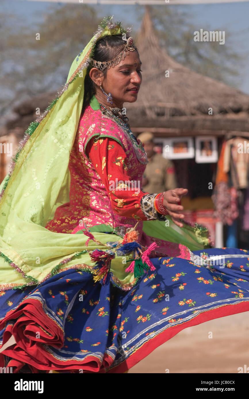 Indiano ballerino femmina da Rajasthan in azione presso la Fiera Sarujkund in Haryana, India. Immagini Stock