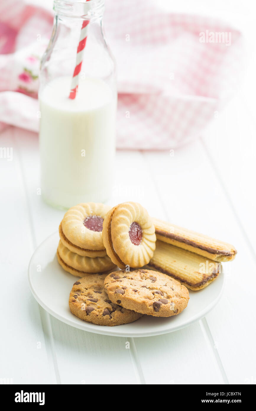 Vari biscotti con aggiunta di dolcificanti sulla piastra. Immagini Stock