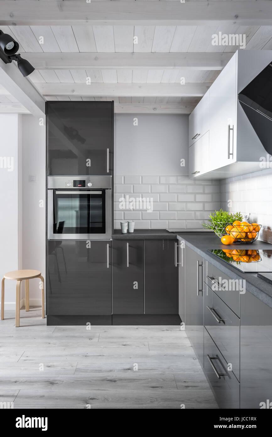 Cucina elegante interno con pareti di mattoni e for Pavimento in legno interno