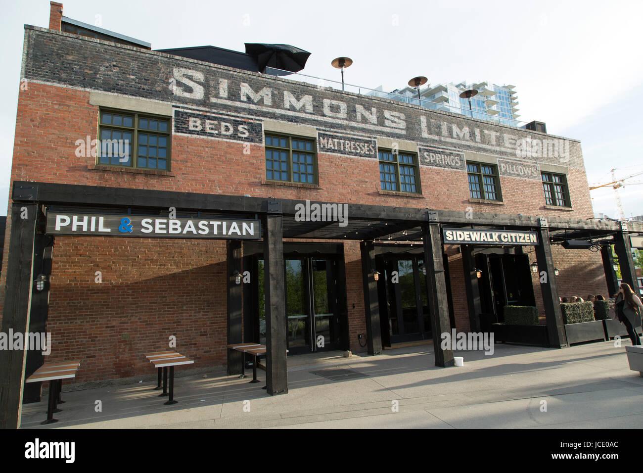 Il Simmons edificio nell'East Village di Calgary, Canada. L'ex fabbrica materasso ora ospita un ristorante Immagini Stock