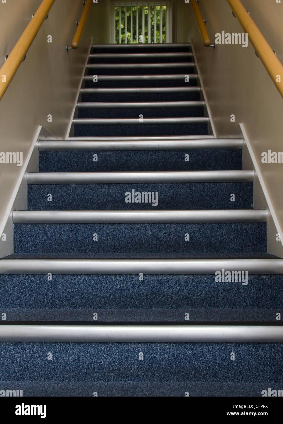 Scala andando fino in blocco ufficio con tappeti blu, al prossimo ...