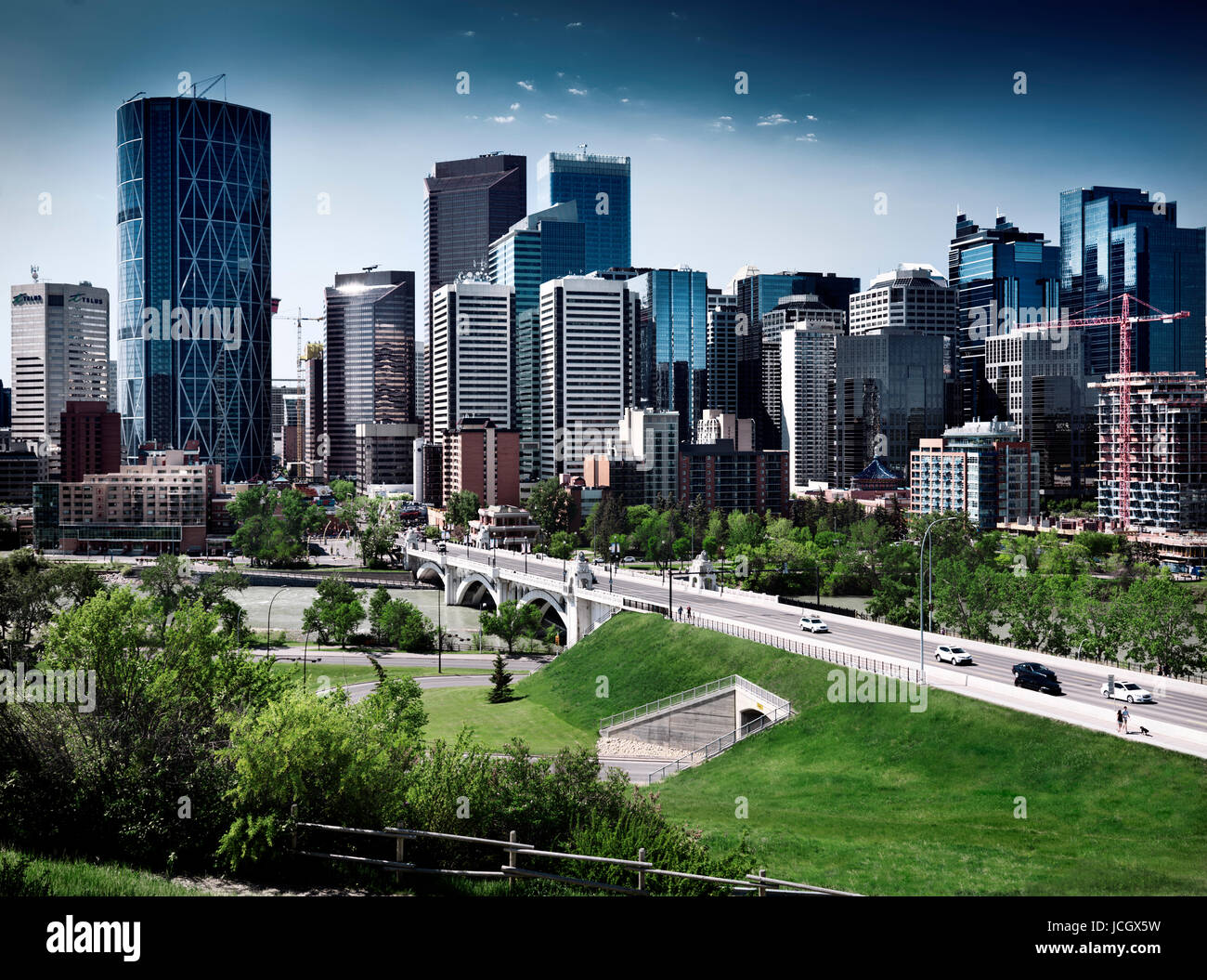 La città di Calgary downtown splendido skyline con Centre Street ponte sopra il fiume Bow scenario artistico Immagini Stock