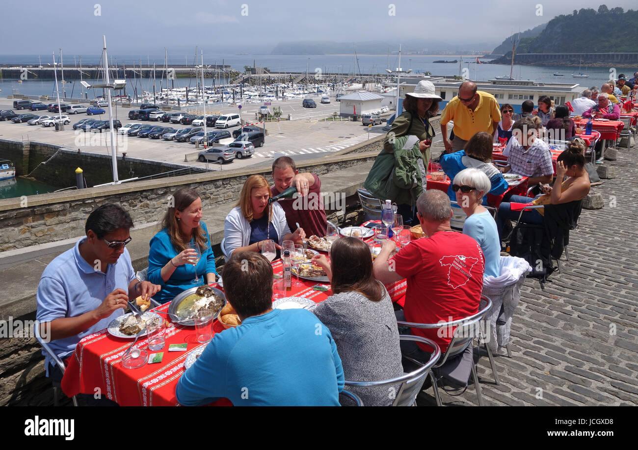 Persone mangiare pasti fuori a Getaria in provincia di Gipuzkoa, Paese Basco in Spagna settentrionale Immagini Stock