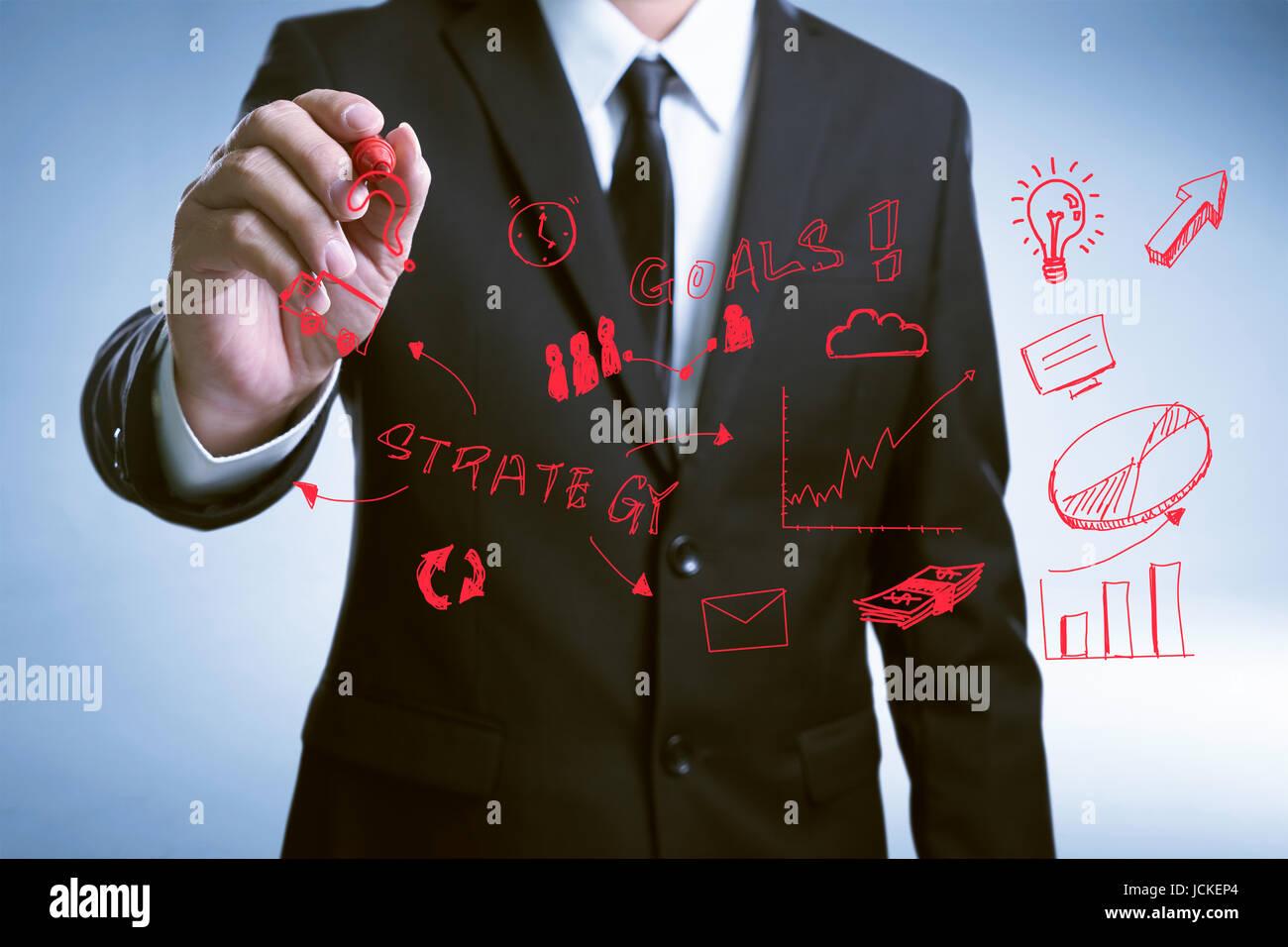 Imprenditore mano disegna il grafico di sviluppo il concetto di strategia con vetro trasparente schermo . Immagini Stock