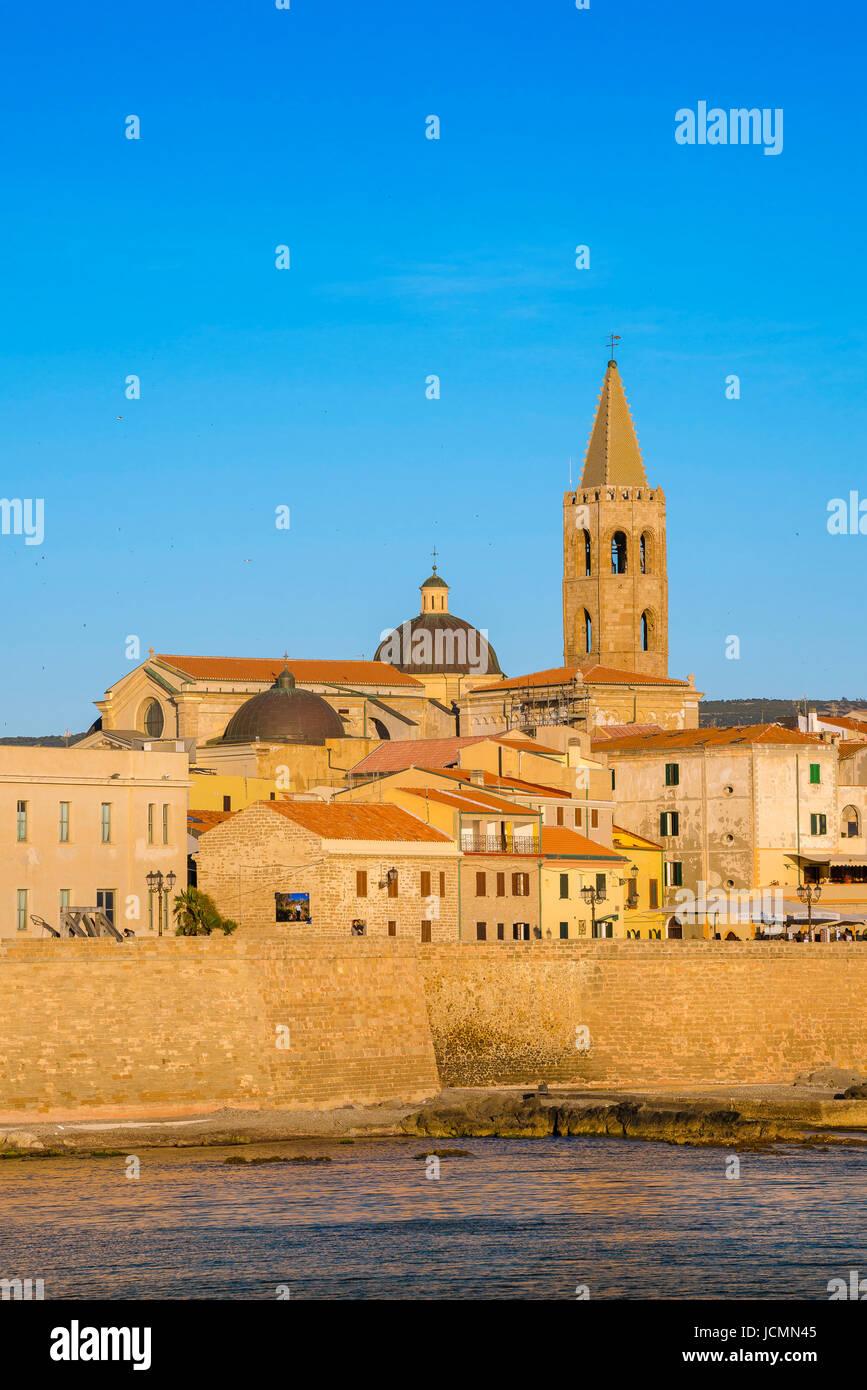 Alghero cityscape, veduta dello skyline e il grande mare muro - o bastioni- lungo il lato occidentale della città Immagini Stock