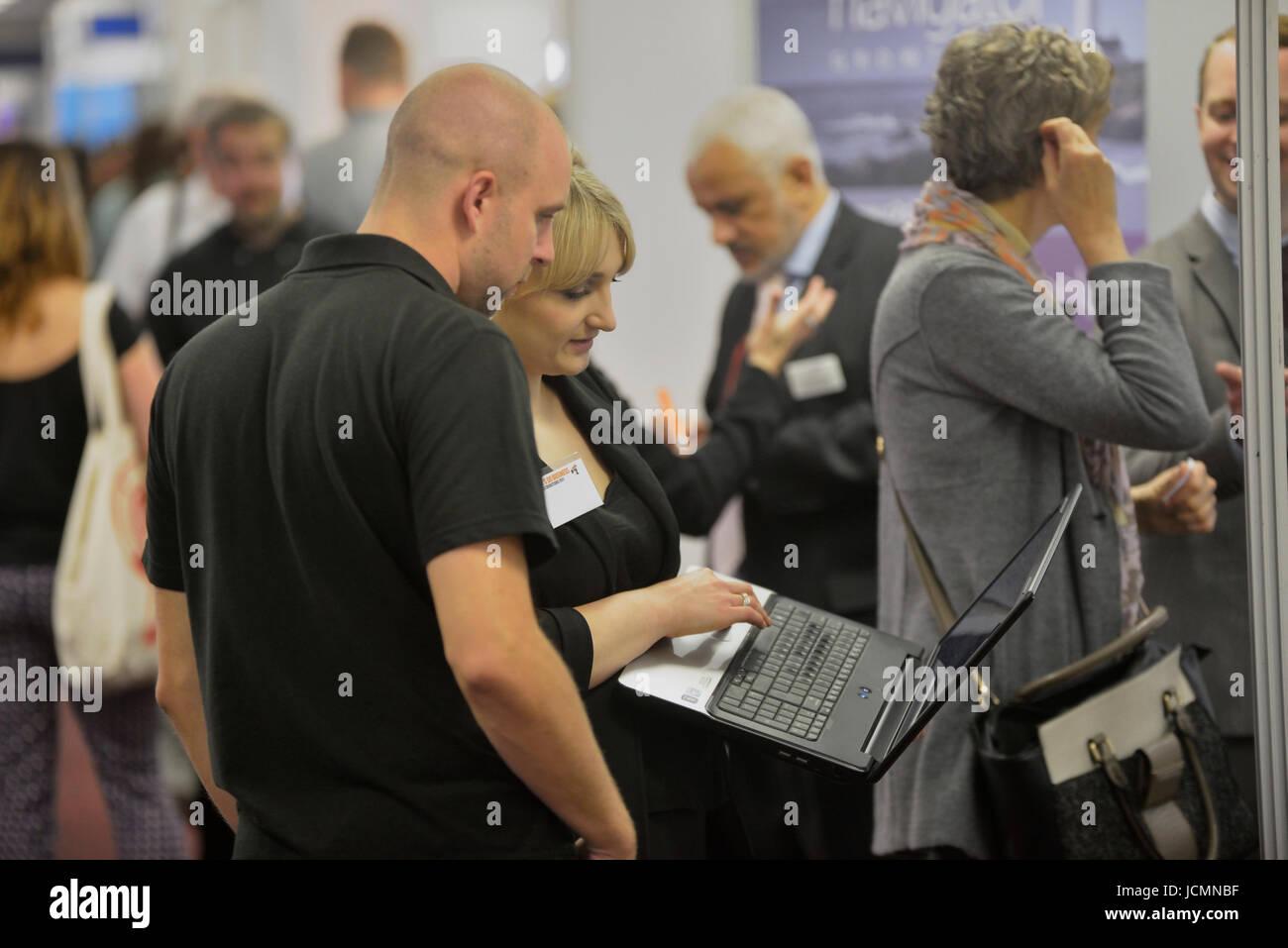 La gente di affari usando un portatile a una conferenza di lavoro. In Inghilterra. Regno Unito Immagini Stock