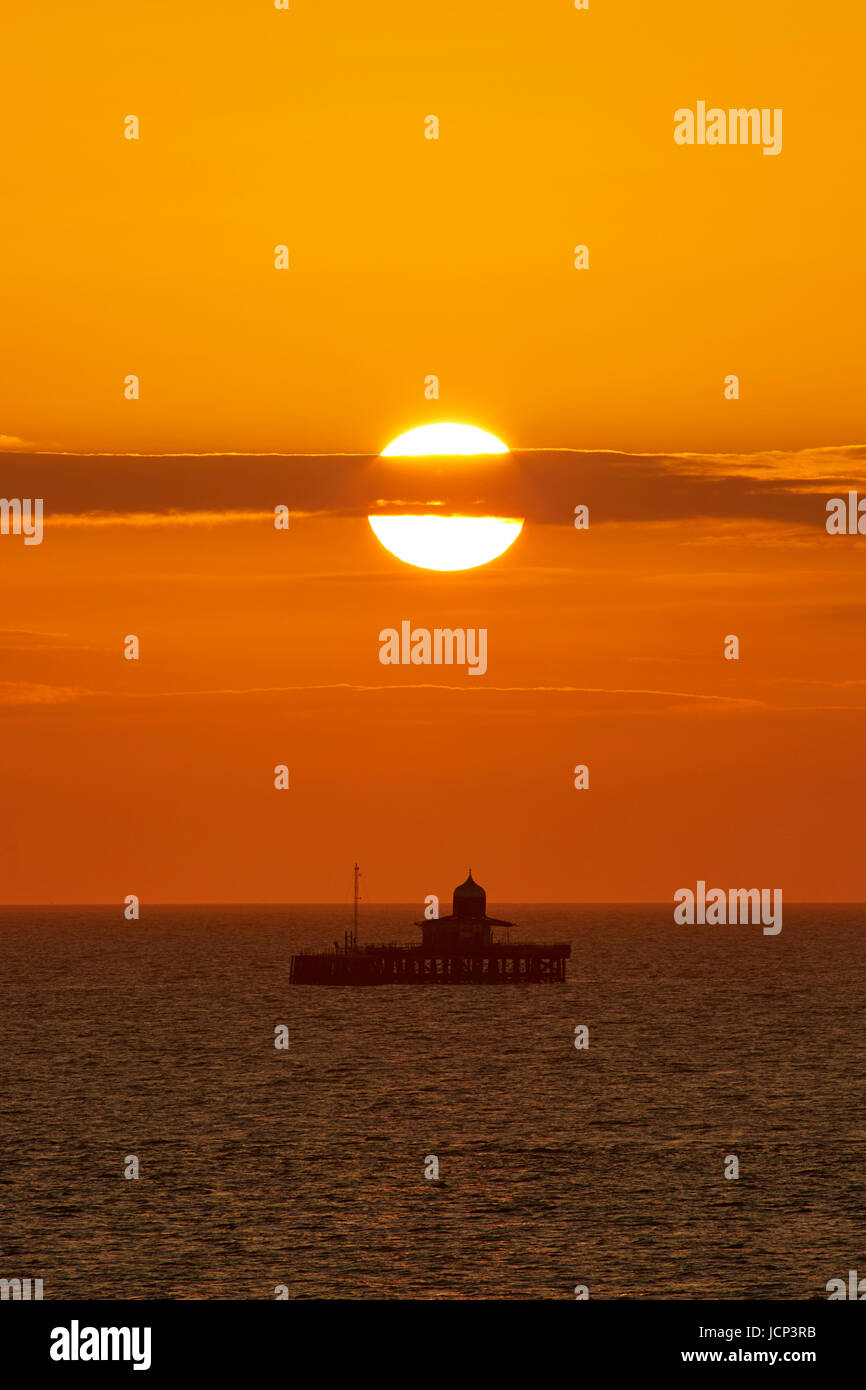 Herne Bay, Kent, Regno Unito. 17 Giugno 2017: Regno Unito Meteo. Sunrise dà il cielo di un rosso-arancione Immagini Stock