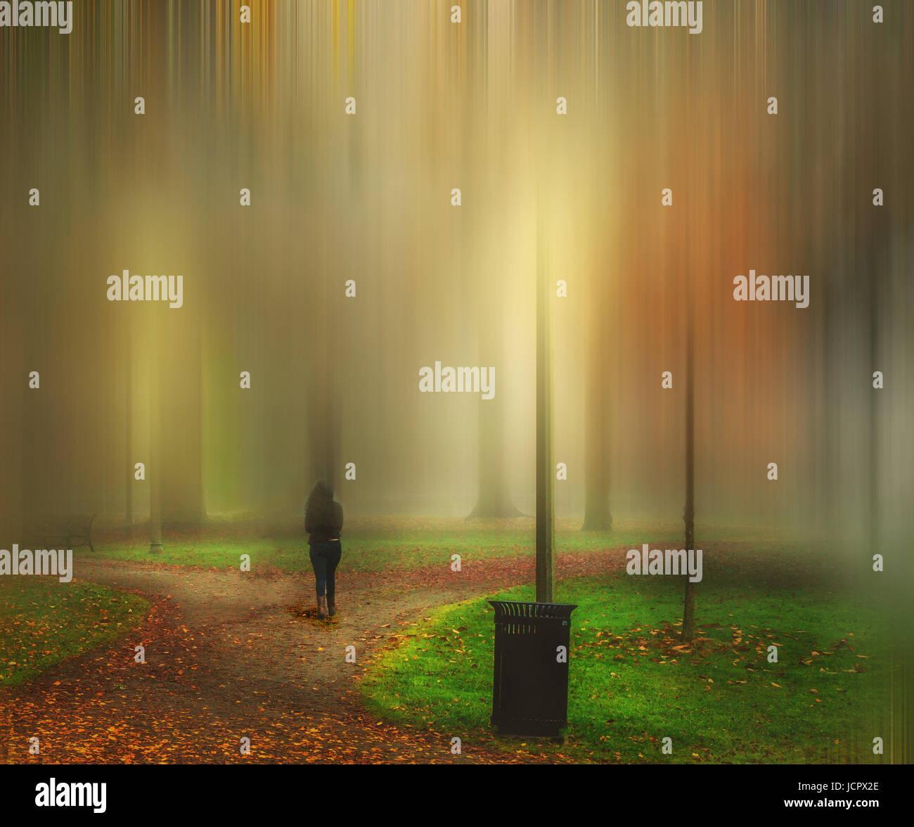 Donna facendo una passeggiata mattutina in un surreale, mondo onirico. Quale percorso farà prendere? Immagini Stock